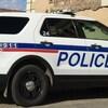 Une voiture de la police de Moose Jaw garée devant le commissariat