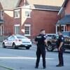 Des agents et une voiture de police rue Lyon à Ottawa.