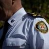 L'épaule d'un policier de Toronto en uniforme.