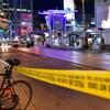 Une banderole de police jaune et une autopatrouille bloquent une partie de la rue Dundas.