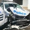 Une voiture de police accidentée.