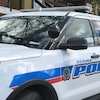Un véhicule de la police de Regina est garé devant un immeuble.