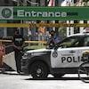 Des policiers montent la garde à l'entrée du stationnement de l'hôtel de ville de Toronto après le meurtre de l'agent Jeffrey Northrup.