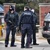 Des policiers tiennent des armes à feu