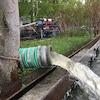 De l'eau qui sort d'un tuyau est rejetée dans le lac Ontario.