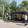 Des pompiers à l'extérieur d'un domicile.