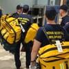 Les pompiers qui enregistrent leurs bagages à l'aéroport.