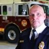 Le chef des pompiers d'Ottawa en uniforme dans une caserne.