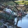 Un camion pris dans les décombres d'un pont effondré.