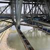 Une partie du fleuve Saint-Laurent vu du dessous du pont Pierre-Laporte, à Québec.