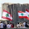 Des Libanais marchent près du port de Beyrouth.