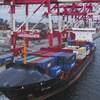 Un navire chargé de conteneurs amarré au port d'Halifax avant son départ.