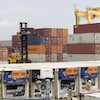 Des conteneurs sont déchargés d'un bateau au port de Montréal