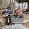 Comment avez-vous passé votre confinement? Cette famille intergénérationnelle de Bromont a notamment joué de la guitare, peint et cuisiné! Même le chien est de la partie.