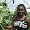Christine Dakuyo pose dans une serre.