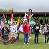 Des personnes participent à un pow-wow bispirituel sur une Première Nation crie.