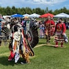 Des danseurs en costume traditionnel sur le site du pow-wow.