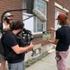 Trois personnes tournent le film Première vague.