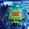 On voit un processeur et des circuits informatiques.