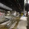 L'intérieur de la mine d'uranium de Cigar Lake, avec de gros tuyaux au plafond.