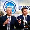 Richard Côté, conseiller spécial de Québec 21 en compagnie du chef Jean-François Gosselin, lors d'un point de presse