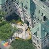 Un médaillon de 3 mètres commémore l'inscription de Québec au patrimoine de l'UNESCO depuis 2015 sur le parvis de son hôtel de ville.
