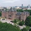 Une photo de l'édifice de l'assemblée législative avec les édifices  qui se trouvent au nord.