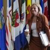 La première ministre de l'Alberta, Rachel Notley, marche devant une rangée de drapeaux des provinces et des territoires.