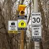 Des pancartes indiquent la vitesse maximale permise et la présence de radars photo.