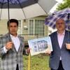 Le promoteur immobilier Rahul Kumar et l'ancien conseiller municipal de Winnipeg Russ Wyatt posent devant la maison qui devait être convertie en habitation qui comporterait six unités.