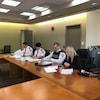Holly Walbourne assise à une table en compagnie de trois représentants de la police de Thunder Bay, dont la chef Sylvie Hauth.