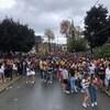 Des milliers d'étudiants participent à une fête de rue.