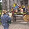 Des activistes réclamant la libération de Raif Badawi devant l'hôtel de ville de Sherbrooke.