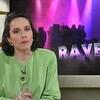 La présentatrice Suzanne Laberge animant un bulletin de nouvelles devant une mortaise avec l'inscription « Rave ».