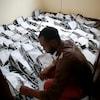 Un homme dans un local sont le sol est rempli de matériel électoral