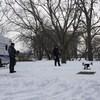 Deux policiers au bord de la rivière, l'hiver, manipulant un drone.
