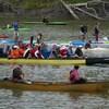 Différentes embarcations sur une rivière.