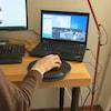 Un modérateur de Reddit devant son ordinateur.