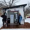 Brianne Kroener, organisatrice du réfrigérateur communautaire, et Emily Norton, vice-présidente d'Archangel Builders.