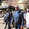 Le premier ministre du Burkina Faso Paul Kaba Thiéba avec son homologue du Mali  Modibo Keita devant un hôtel