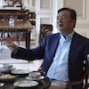 Ren Zhengfei, assis à une table.