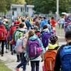 Élèves du primaire dans une cour d'école