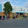 Des élèves marchent à l'extérieur d'une école.