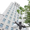 L'impressionnante façade Art déco de l'édifice Price domine le Vieux-Québec comme on le voit dans une vue prise en contre-plongée sous les lampadaires qui bordent le parc de l'Hôtel de ville voisin.