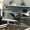 La police a recouvert d'une bâche la benne à ordures où les restes ont été trouvés.