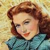 Rhonda Fleming sourit.
