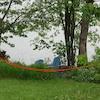 Des arbres sur le bord d'une rivière et un ruban rouge de police.
