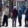 Des promeneurs sur l'un des trottoirs de la rue Saint-Germain. Certains d'entre eux portent le masque.