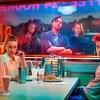 Les personnages de la télésérie Riverdale, diffusée sur Netflix, assis à une table.