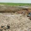 Des camions enfouissent les déchets sur le site d'enfouissement à Lachenaie. Image prise par le drone.
